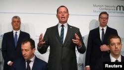 Specijalni izaslanik Bele kuće Ričard Grenel (u sredini) sa predsednicima Kosova Hašimom Tačijem i Srbije Aleksandrom Vučićem (Foto: Reuters/Michael Dalder)
