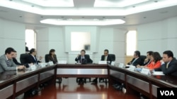 El presidente de Colombia Juan Manuel Santos, reunido en Bogotá con los ministros que participan de la reunión bilateral en Caracas.