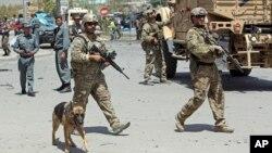 Binh sĩ thuộc lực lượng NATO và Afghanistan tại hiện trường sau một vụ tấn công tại Kabul, ngày 10/8/2014.
