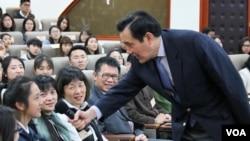 台湾前总统马英九3月13日在东吴大学请学生提问 (照片来源: 东吴大学网站)