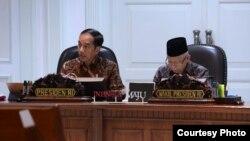 "Presiden Joko Widodo bersama Wapres Ma'ruf Amin memimpin Rapat Terbatas terkait ""Peningkatan Peringkat Pariwisata Indonesia"" di Kantor Presiden, Jakarta, Senin (17/2) (Courtesy: Biro Setpres RI)."
