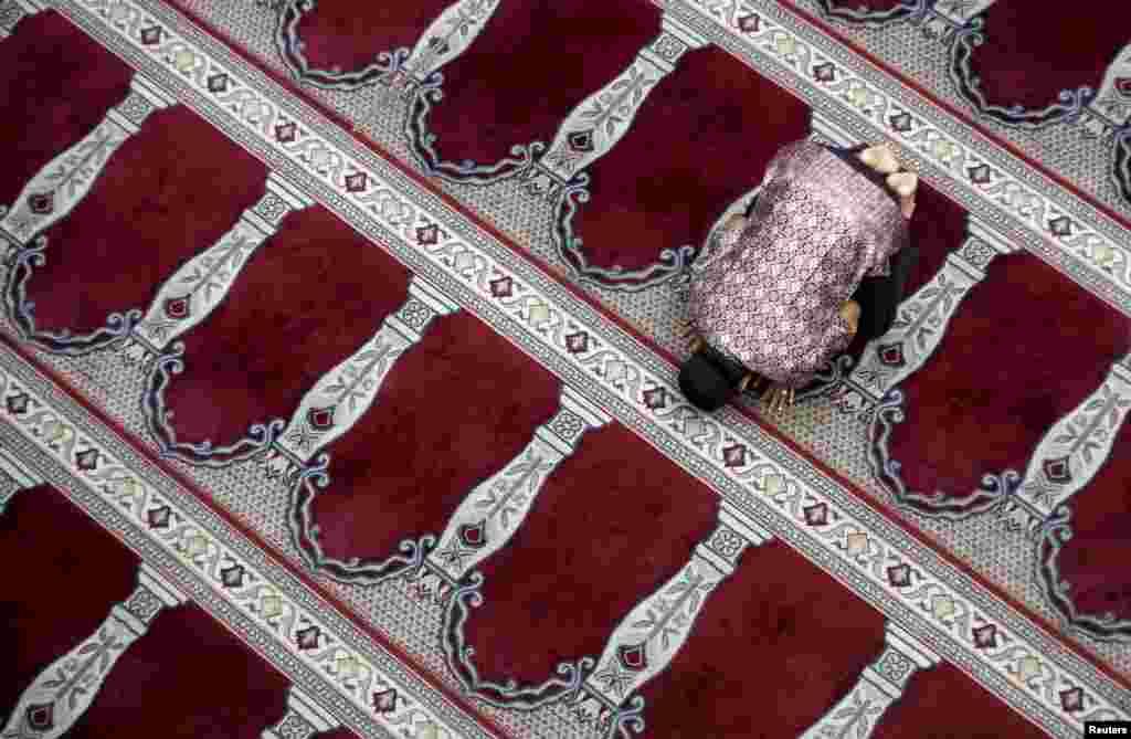 Một người đàn ông cầu nguyện sau buổi cầu nguyện ngày thứ Sáu tại nhà thờ Hồi giáo Cut Meutia ở thủ đô Jakarta, Indonesia.