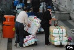 大批水貨客在示威者攔阻下,暫時離開上水火車站附近