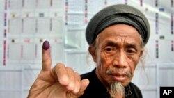 Cử tri giơ ngón tay có dấu mực sau khi bỏ phiếu tại Gowa, Nam Sulawesi, Indonesia, ngày 9/4/2014.
