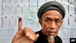 9일 인도네시아 고와에서 한 유권자가 투표를 했다는 표시인 도장이 묻은 손가락을 들어보이고 있다.