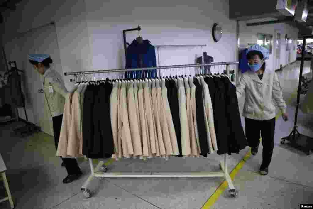 کائی سونگ میں قائم مشترکہ صنعتی زون میں جنوبی کوریا کی کمپنی میں شمالی کوریا کے ملازمین تیار شدہ مال کا جائزہ لے رہے ہیں۔