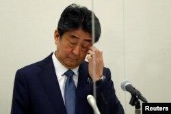 Mantan PM Jepang Shinzo Abe, dalam konferensi pers di Tokyo, Jepang, 24 Desember 2020.