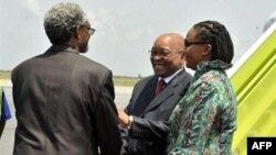 Tổng thống Nam Phi Jacob Zuma, giữa, và đại sứ Nam Phi ở Côte d'Ivoire Lallie Ntombizodwa, phải, gặp đại diện Liên minh châu Phi Ambroise Niyonsaba tại sân bay quốc tế Abidjan, 21/2/2011