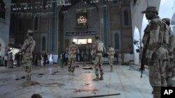 Pasukan keamanan Pakistan siaga di lokasi pasca ledakan di masjid di kota Sehwan Sharif, di pedalaman provinsi Sindh, Kamis (16/2).