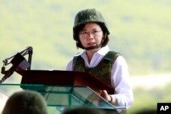 台湾总统蔡英文在视察以大陆为假想敌的军事演习中讲话。