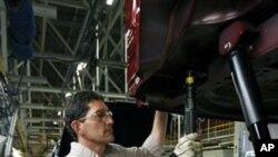 图为美国俄亥俄州克莱斯勒汽车装配厂的工人正在工作