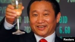中国铝业巨头忠旺集团董事长刘忠田庆贺该集团在香港上市(2009年5月8日)