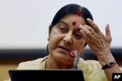 Menteri Luar Negeri India Sushma Swaraj dalam konferensi pers di New Delhi, India, 19 Juni 2016.