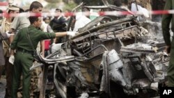 Polisi anti-teror Yaman melakukan penyidikan di lokasi serangan bom mobil yang menarget rombongan Menteri Pertahanan Yaman di Sanaa hari Selasa (11/9).
