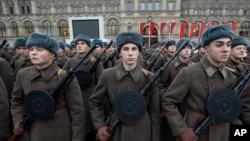 წითელი არმიის ფორმაში გამოწყობილი რუსი ჯარისკაცები 7 ნოემბრის აღლუმისთვის ემზადებიან. მოსკოვი, 2019 წლის 5 ნოემბერი.