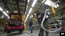 福特汽车公司在中国的合资企业重庆长安福特汽车公司的工人们在工作