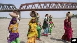 Des femmes à la recherche d'eau, Kotli, Pakistan, le 8 mai 2008