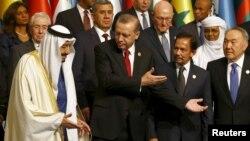 Le président turc Tayyip Erdogan (2e à gauche), avec le roi Salman d'Arabie saoudite (à gauche), le Sultan de Brunei Hassanal Bolkiah (2e à droite), et le président Nursultan Nazarbayev du Kazakhstan (à droite) lors d'une séance de photos de famille au Sommet d'Istanbul de l'Organisation de la coopération islamique (OCI), enTurquie, le 14 avril 2016.