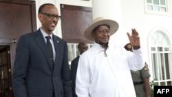 Les présidents Paul Kagame (à g.) du Rwanda et Kaguta Yoweri Museveni de l'Ouganda à Entebe, Ouganda, 25 mars 2018. ( Michele Sibiloni / AFP)