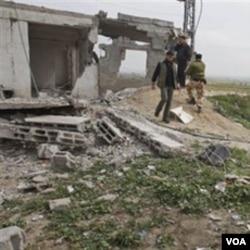 Seorang warga Palestina memeriksa kerusakan rumahnya akibat serangan udara Israel (19/3). Israel melakukan serangan udara setelah militan Hamas menembakkan roket ke wilayah Israel.