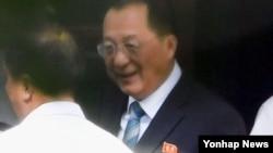 리용호 북한 외무상이 유엔 총회참석 등을 위한 경유 방문으로 12일 중국 베이징에 도착했다. 사진은 리 외무상이 자동차를 이용해 현지 북한대사관으로 들어가는 장면.