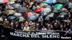 Manifestantes durante la marcha silenciosa en honor al fiscal Alberto Nisman en Buenos Aires.