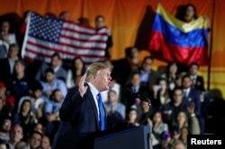 هزاران نفر از آمریکاییهای ونزوئلایی تبار در محل سخنرانی حضور داشتند.
