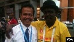Mumena (kanan), ketua suku Kaonde di Zambia, bersama wartawan VOA, Leonard Triyono, pada Konferensi AIDS Internasional di Washington, DC (27/7).