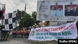 Aksi demo di depan kantor KPU Solo, Jumat (26/4). (Foto: VOA/Yudha)