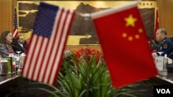 Wakil Menteri Pertahanan Amerika urusan Kebijakan Michele Flournoy (kiri) dan Wakil Kepala Staff Umum Angkatan Bersenjata Tiongkok, Ma Xiaotian di Beijing (7/12).