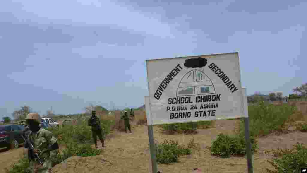 Jami'an tsaro sun wuce ta gaban makarantar sakandare na Chibok,inda 'yan bindiga suka sace fiye da dalibai dari biyu.An dauki hoton nan 21 ga Afrilu 2014.
