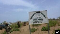Para tentara berjaga di depan sekolah di Chibok, Senin (21/4), dimana sekitar 200 siswi diculik oleh kelompok bersenjata, Selasa (15/4) yang lalu.