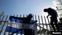 La actividad bancaria nicaragüense es regulada por la Superintendencia de Bancos y otras Instituciones financieras que pueden imponer multas por incumplimiento de desempeño laboral.