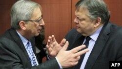 Thủ tướng Luxembourg Jean-Claude Juncker (trái) nói chuyện với Bộ trưởng Tài chính Hy Lạp Evangelos Venizelos tại Brussels