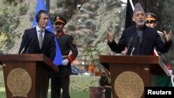 18일 아프가니스탄 카불에서 기자회견 중인 아네르스 포그 라스무센 NATO 사무총장(왼쪽)과 하미드 카르자이 아프간 대통령.