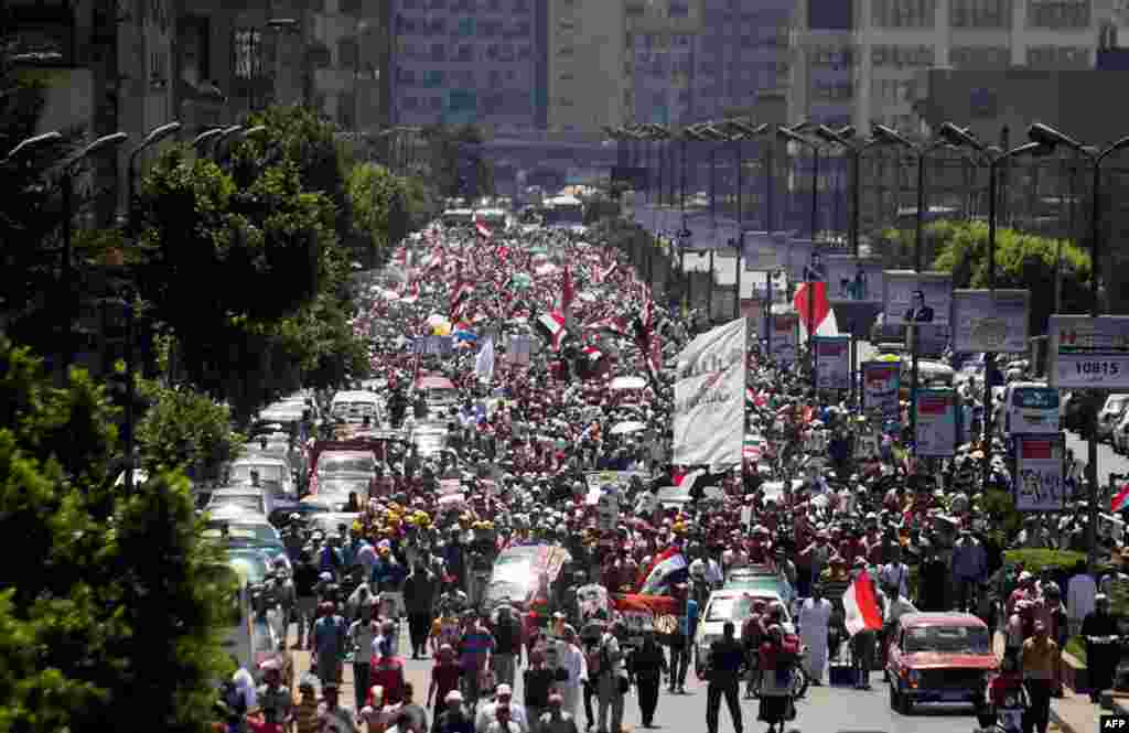 Supporters of ousted Egyptian President Mohamed Morsi take part in a demonstration in Cairo, August 9, 2013.