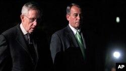 جان بوینر رئیس اکثریت مجلس نمایندگان و هری رید رئیس اکثریت سنا حین گفت و شنود با خبرنگاران