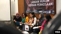 Peneliti ICJR Maidina Rahmawati mendesak pembebasan WA, anak perempuan di Jambi, dalam konferensi pers di Jakarta, Minggu (5/8/2018) siang. (Foto: Rio Tuasikal/VOA)