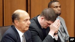 Офицер полиции Майкл Брело (в центре) слушает как судья зачитывает свой вердикт во время суда по делу Брело. Кливленд, штат Огайо. 23 мая 2015 г.