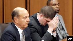 23일 미국 오하이오주 클리블랜드 법원에서 마이클 브렐로 경관이 무죄 판결이 내려진 후 고개를 숙이고 있다.