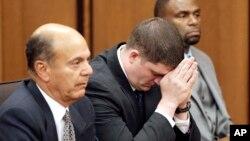 Cảnh sát Michael Brelo, giữa, ngồi nghe phán quyết của tòa hôm 23/5.
