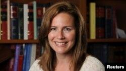 La juge Amy Coney Barrett, professeure de droit à l'Université Notre Dame, actuellement en poste à la Cour d'appel américaine pour le 7e circuit, pose dans une photographie non datée obtenue de l'Université Notre Dame le 19 septembre 2020. (Photo Matt Cashore/Notre Dame Univ.)