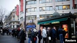 """Ljudi u redovima čekaju da kupe novi broj """"Šarli Ebdoa"""", u Parizu, 14. januara 2015."""