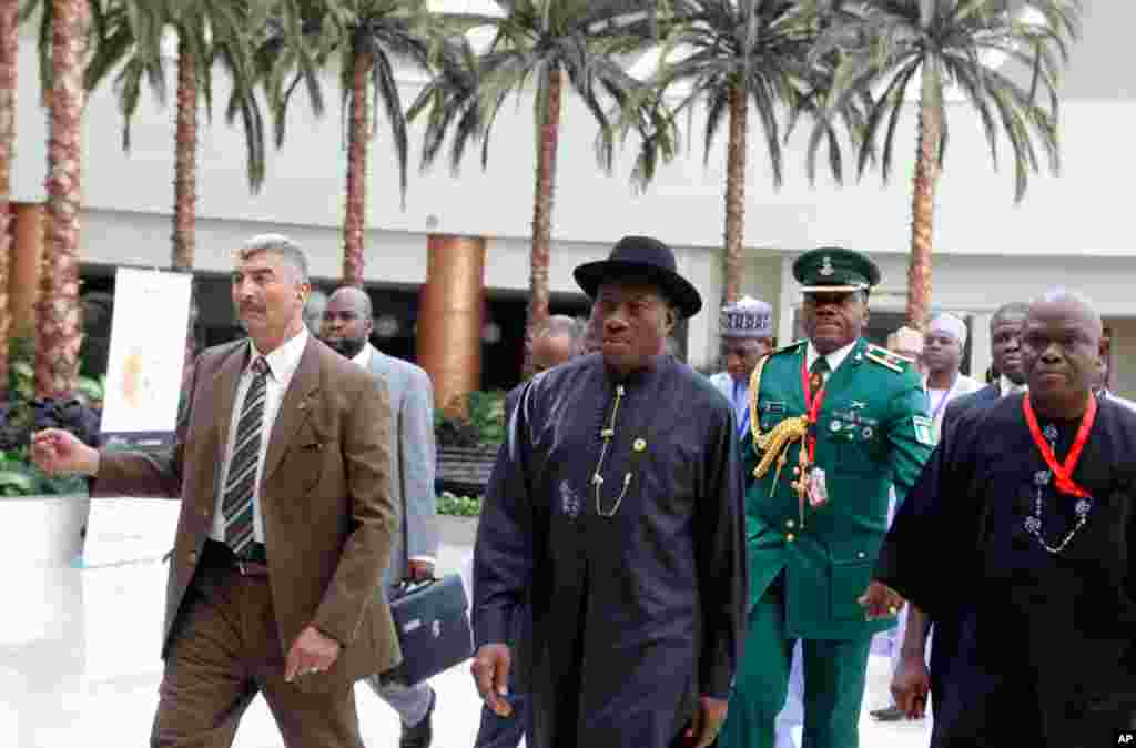 尼日利亚总统乔纳森2013年2月6日在该国代表团成员和安全人员陪同簇拥下抵达伊斯兰合作组织国家首脑会议会场。