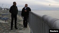 2015年9月2日阿拉斯加: 美国总统奥巴马(左)巡视防止海平面上升的科策布岸大道工程