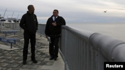 Presiden AS Barack Obama (kiri) meninjau Proyek Kotzebue untuk mengatasi erosi pantai akibat meningkatnya permukaan air laut di kota Kotzebue, Alaska (2/9).