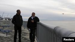 Ảnh minh hoạ: Tổng thống Mỹ Barack Obama tham quan dự án Kotzebue Shore Avenue, một nỗ lực để chống lại nước biển dâng lên ở Kotzebue, Alaska, ngày 2 tháng 9, 2015.
