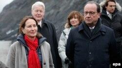 Le président français François Hollande, à droite, la ministre de l'Environnement Ségolène Royal, à gauche, le Président Olafur Ragnar Grimsson (de dos) et la Première Dame de l'Islande, Dorrit Moussaieff, (au centre) lors d'une visite officielle en Islande.