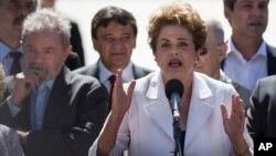 Roussef habló junto al expresidente Lula da Silva, al abandonar el palacio presidencial de Planalto en Brasilia.
