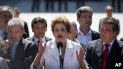 12일 브라질 상원이 지우마 호세프 대통령의 탄핵 심판 개시안을 가결한 후, 호세프 대통령이 대통령 궁 앞에서 연설하고 있다.